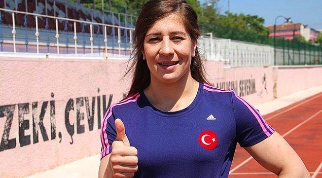 Gaziosmanpaşa Anadolu Lisesi'nde atletizm takımına katılan genç sporcu, Balıkesir Üniversitesi Beden Eğitimi ve Spor Yüksekokulu'nda okudu.