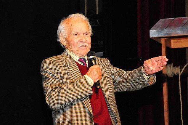 29 Ekim 1933 günü Adana'da dünyaya gelen İzgü ülkenin çeşitli şehirlerinde öğretmenlik mesleğini icra etti.
