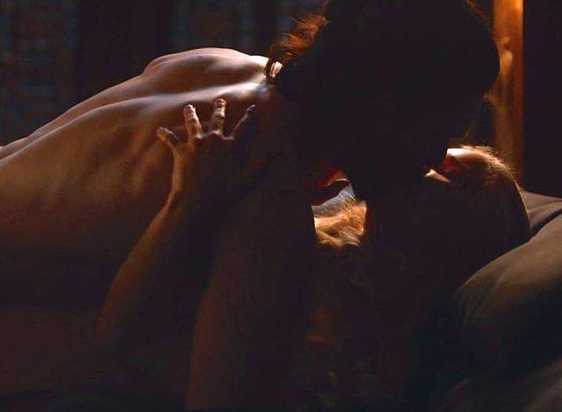 O bakışı hatırlayalım: Öncelikle sezonlardır beklediğimiz birleşme oldu, hatta Daenerys ve Jon birlikte yatağa girdiler.