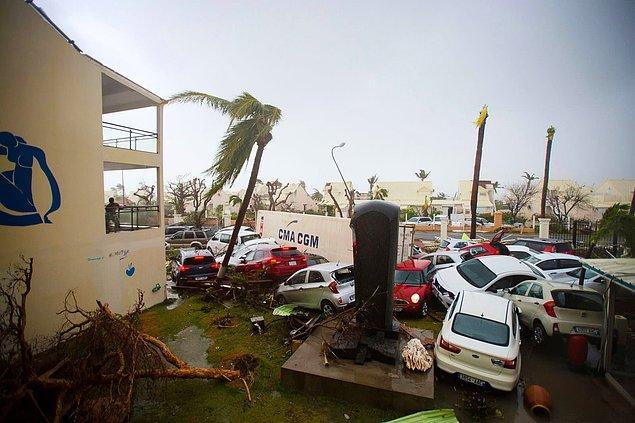 3. Yine Marigot'ta sahilde yer alan Hotel Mercure yakınlarında araçlar birbirinin üzerine yığıldı.