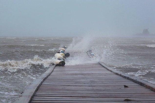 9. Kuzey Karayipler'deki adaları etkisi altına alan Irma Kasırgası'nın Porto Riko'da bir iskeleye vurduğu anlar.