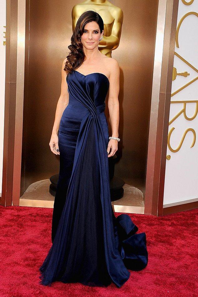 """14. Sandra Bullock'un """"En İyi Kadın Oyuncu"""" dalında aday gösterildiği 2014 yılında, törene damga vurduğu Alexander McQueen imzalı gece mavisi elbisesinin fiyatı ise 43.000$..."""
