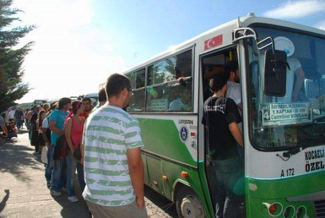 13. Halk otobüslerine binmek için uzuuun kuyruklar olur. Oturarak gitme kuyruğu ayrı, ayakta gitme kuyruğu ayrıdır.