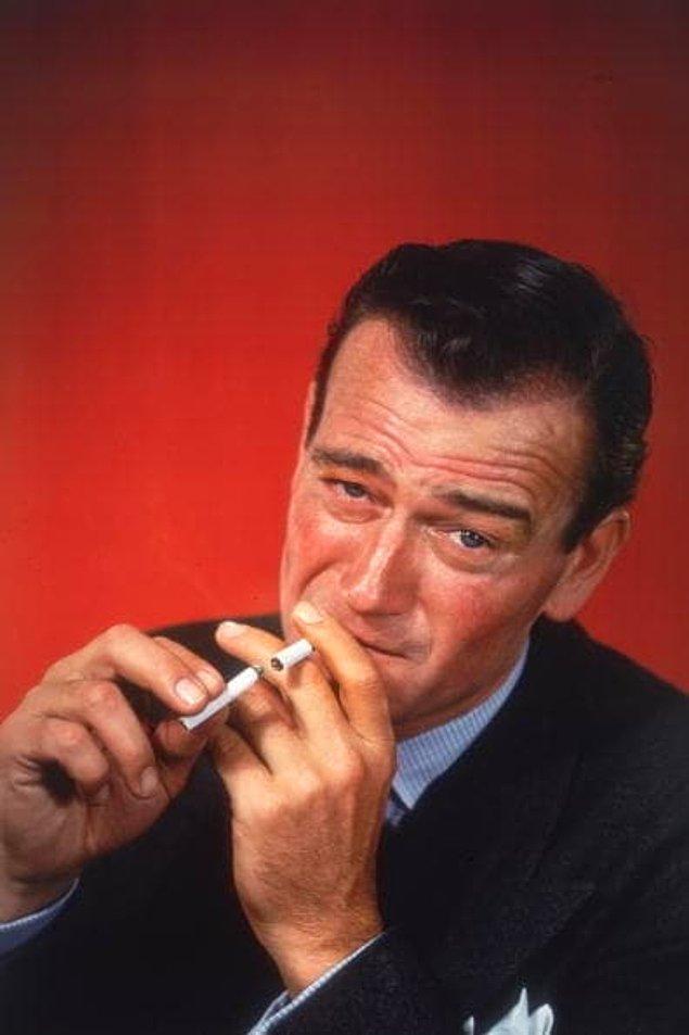 4. Üç farklı boyda peruğu olan John Wayne onları uzunluklarına göre, sırayla takardı.