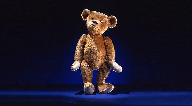 """Michtom ilk ayıyı yaptıktan sonra bu muhteşem ticari fırsatı kaçırmak istemez ve Roosevelt'e yazar. Michtom """"Teddy Bear"""" adıyla üretime devam etmek için izin ister. Roosevelt adını ölümsüzleştiren bu fikre sıcak bakar ve onaylar."""