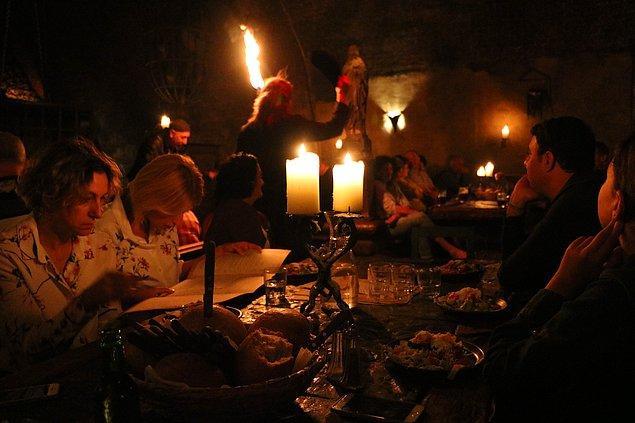 Masaların dizaynı da Orta Çağ'a ait. Menüde ise bol bol dana ve tavuk eti var. Ayrıca bir de mısır.