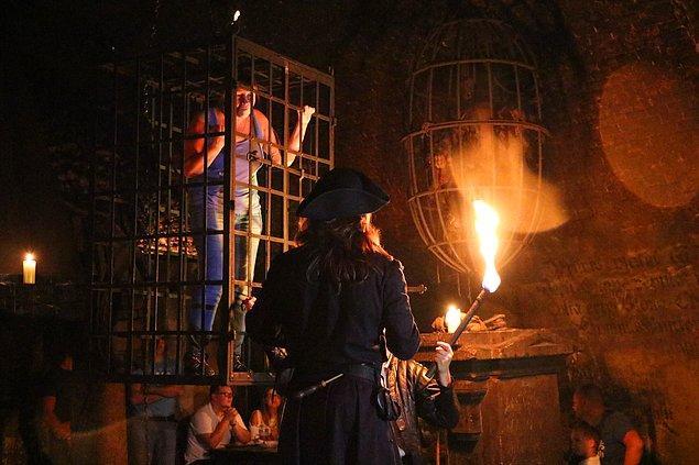 Misafirleri kafese koyup, ateşle cadı mı değil mi onu bile anlamaya çalışıyorlar!