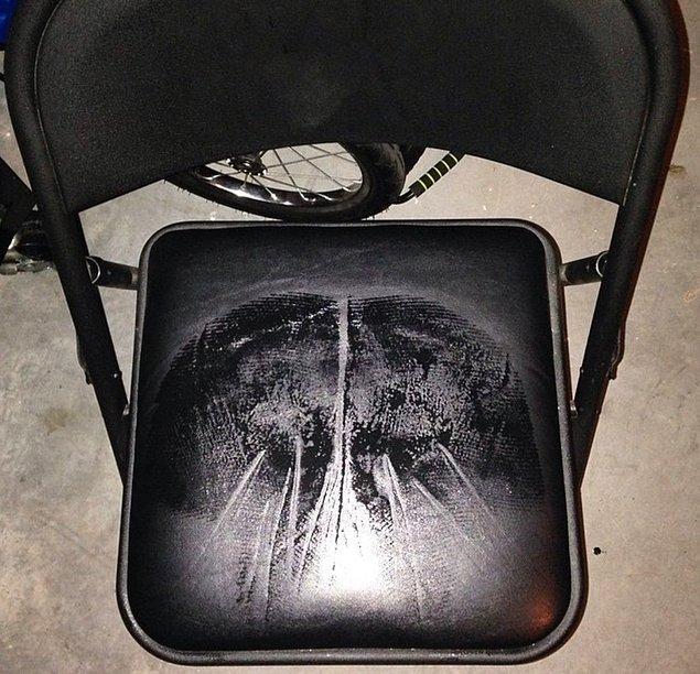 19. Yazın da her oturduğunuz yerde popo şekilli ter izi bırakırsınız.