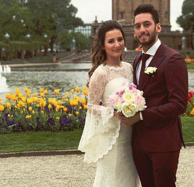 7. Ünlü futbolcu Hakan Çalhanoğlu'nun eşi Sinem Gündoğdu elbise form, kol detaylı bir gelinlik tercih etti.