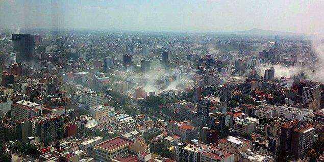 Deprem esnasında yıkılan binalardan yükselen toz bulutları görüntülenmiş.