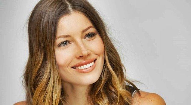 7. Saçlarınızın uçlarını kendi saç renginizin bir ton açık rengine boyayabilirsiniz. Böylece hafif ve yumuşak dokunuşlarla hoş bir ışıltı ve canlılık yaratırsınız saçlarınızda.