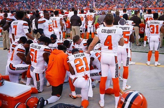 Şimdi çok sayıda oyuncu ulusal marş okunurken diz çöküyor ve ırkçılığı protesto ediyor.