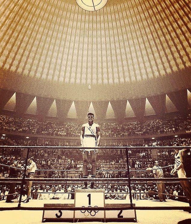 17. 18 yaşındaki Muhammad Ali tek başına 1.'lik kürsüsünde dikilirken, Roma Olimpiyatları, 1960.