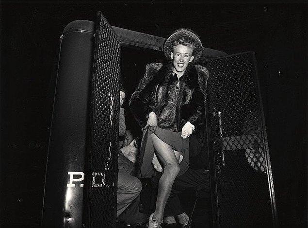 1. Kadın elbiseleri giydiği için polisler tarafından tutuklanan bir adam, New York, 1939.