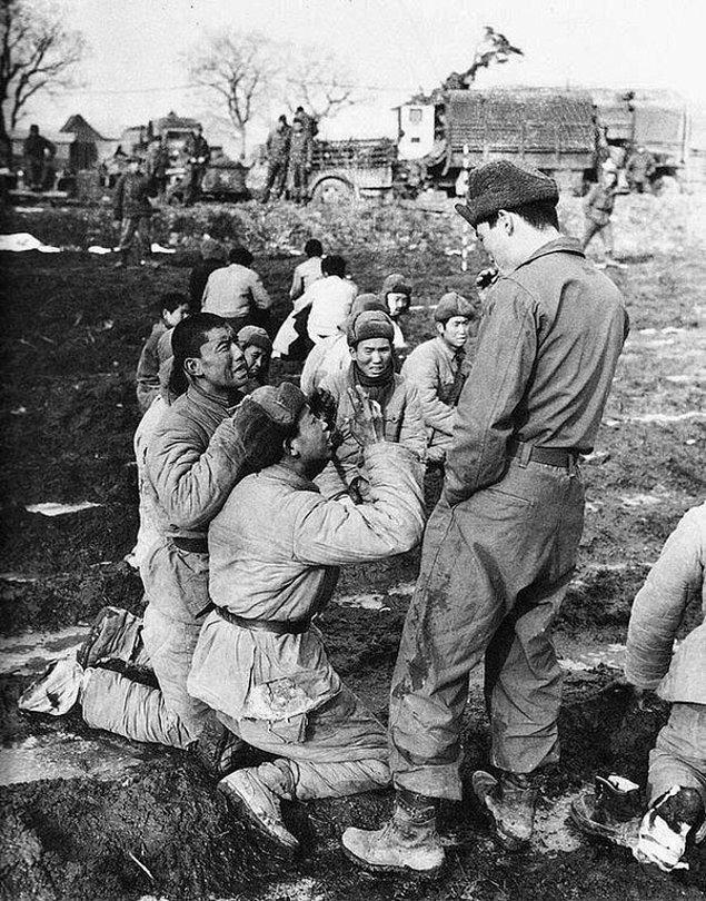 4. İdam edileceklerini sanan esir alınmış Çin askerleri bir Güney Kore askerine yalvarırken, 1951.