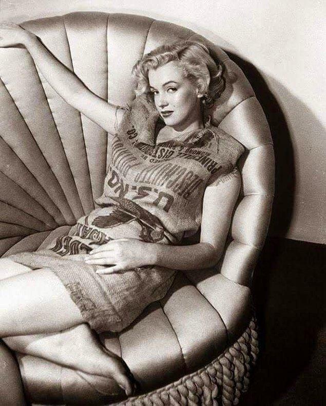 """15. """"Çuval giyse yakışır"""" deyiminin tam anlamıyla karşılığını vermiş, patates çuvalı giyip poz vermiş Marilyn Monroe, 1951."""