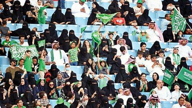 Suudi kadınlar hayatlarında 'ilk kez' geçtiğimiz gün kuruluş yıldönümü şerefine stadyuma girebilmişlerdi.