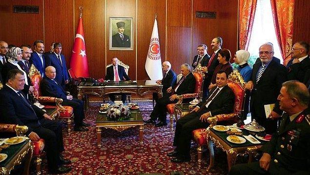Açılış töreni sonrasında Meclis Başkanı İsmail Kahraman'ın makam odasına bir toplantı gerçekleşti, ancak bu liderler zirvesinde CHP lideri yoktu.