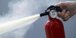 Урок на всю жизнь: Парня, курящего на заправке, проучили огнетушителем