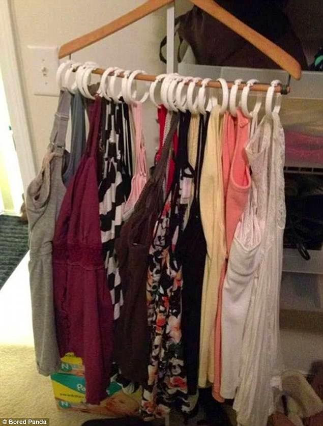 9. Elbiselerinizi tek tek banyo perdesi halkalarına asıp yerden tasarruf edin.