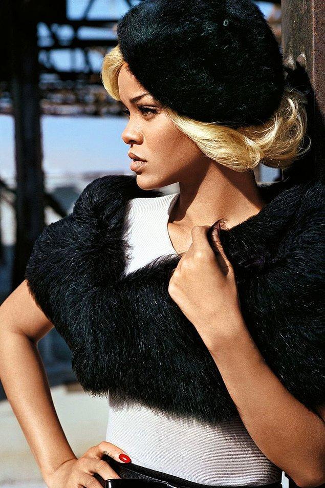 2011 yılının sonbaharda döneminde yavaştan kahvelere dönen Rihanna İngiliz Vogue'una kapak olduğu Kasım ayında artık platin sarışındı!