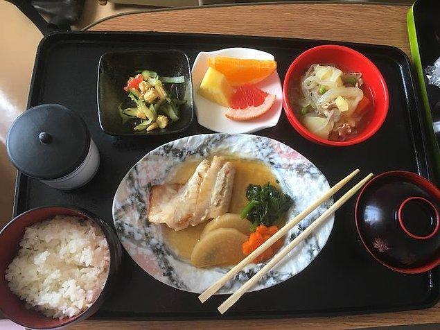 Ağır ateşte pişirilmiş sebze, nikujaga (et ve patates), salatalık ve mini mısır salatası, pilav, miso çorba, yeşil çay