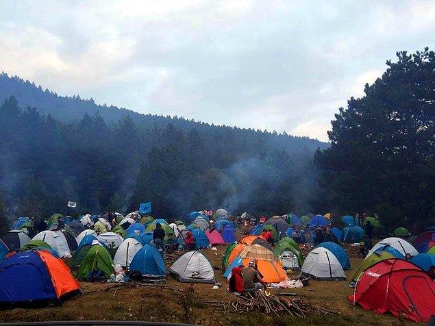 Fakat kampa katılanlar ve organize edenler yanlarında getirdikleri çöpleri geri götürmeyi düşünmeden tabiatın içinde bıraktılar.