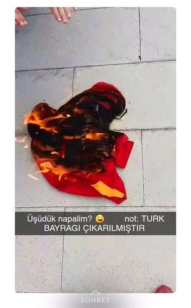 """Sarı-kırmızılı gencin yalvarışlarına aldırış etmeden onu darp eden holiganlar daha sonra """"üşüdük napalım? not: Türk bayrağı çıkarılmıştır"""" diye yaktıkları formanın paylaşımını yaptı."""