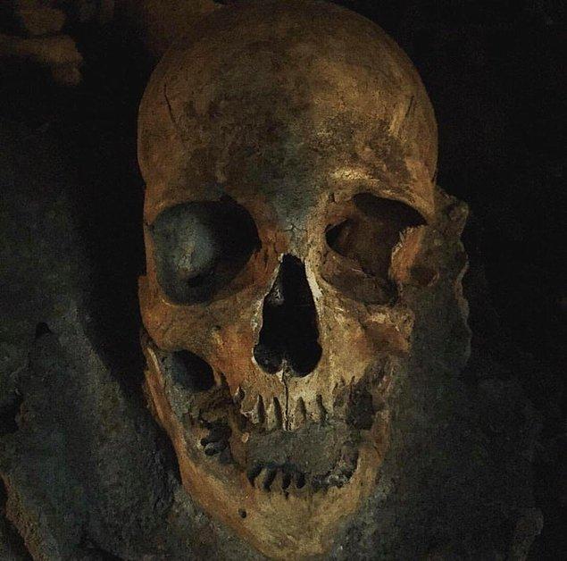 8. Bu da içinde bulunan kafatasından bir görüntü...