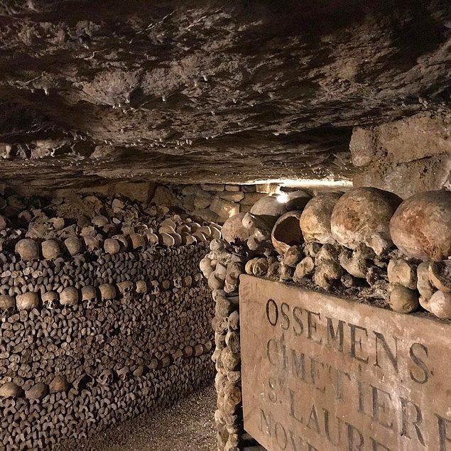 7. İlk Hristiyanların kayaları oyarak içinde ya da toprağı kazarak yeraltında yaptıkları, ölülerini gömdükleri ya da kimi kez tapınak olarak kullandıkları katakomptan bir görüntü!
