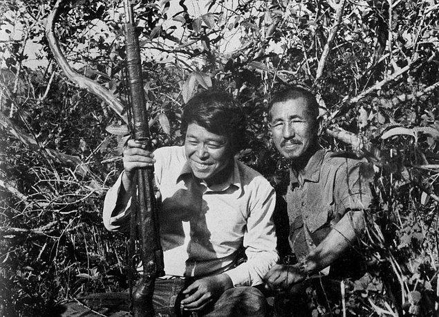 Onoda Amerikan askerleri tarafından arkadaşlarının tuzağa düşürüldüğünü düşünerek mücadelesine hız kesmeden devam eder.