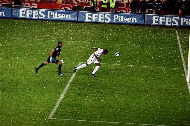 1. 'Ezeli rekabetin en unutulmaz maçlarından birine,  2008 yılında Ali Sami Yen'de oynanan 32.hafta maçında imza atıldı'