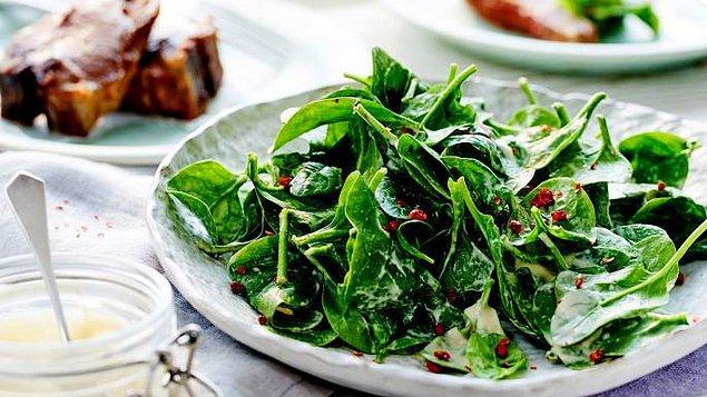 13. Salatalar spreyle sabitleniyor ve yeşilliklerin daha diri durması sağlanıyor.