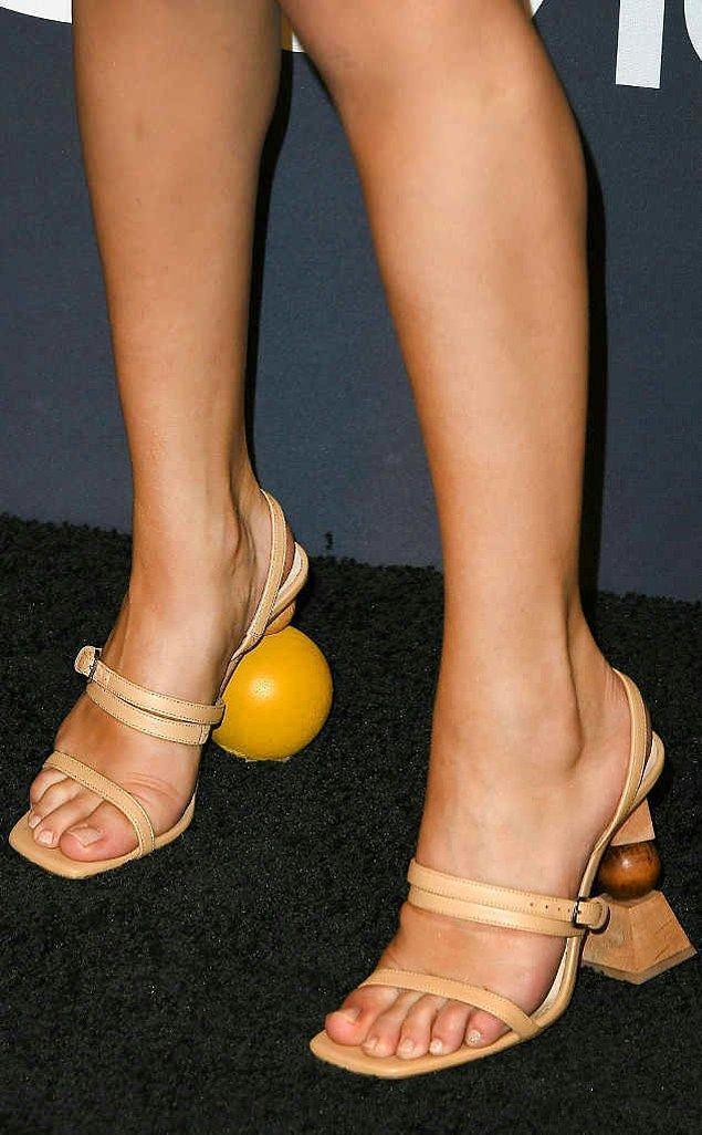 Selena Gomez'in katıldığı son davetlerden birinde giydiği bu sıra dışı topuklara sahip farklı ayakkabıları çok konuşuldu.