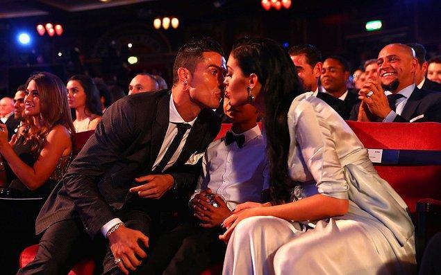 Doğum sonrası Ronaldo ile evlilik planları yapan Rodriguez hamile kıyafetiyle gecede en çok konuşulan isimler arasında yerini aldı.