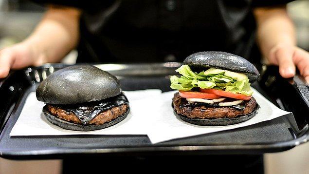 18. Hamburgerin içindeki peynirlerin siyah rengini alması için bambu kömürü kullanılır. Ketçap ve soğanı siyahlaştırmak için ise kalamar mürekkebinden yararlanılır.