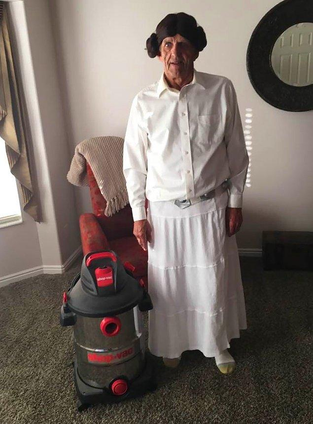 7. Bir büyükbabanın Prenses Leia ve R2D2 kostümü.