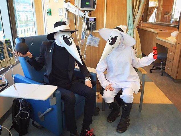 """24. """"Kanser bile Cadılar Bayramı'nı durduramaz."""" (Kemoterapi sırasında kostüm giyen iki arkadaş)"""