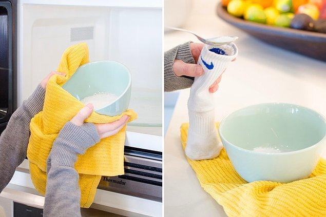 6. Deniz tuzu ile pratik bir sıcak kompres hazırlayın.