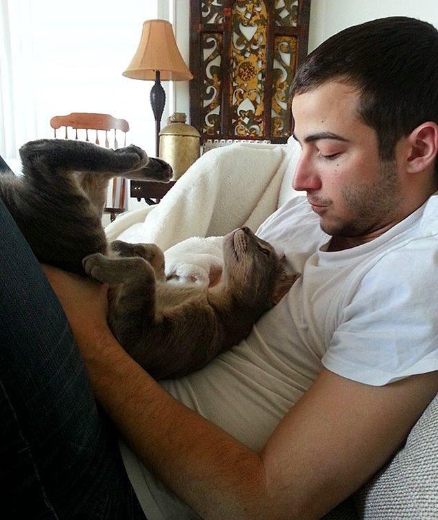 13. 'Erkek arkadaşımla kedim arasındaki sevimli an.'