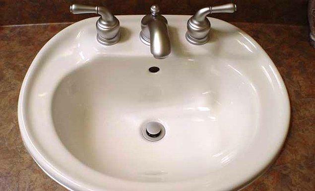 9. Eğer lavaboya bir şey düşürdüyseniz ve delikte içeri kaçma ihtimali varsa, düşen şeyi yakalamak yerine elinizle deliği kapatın.