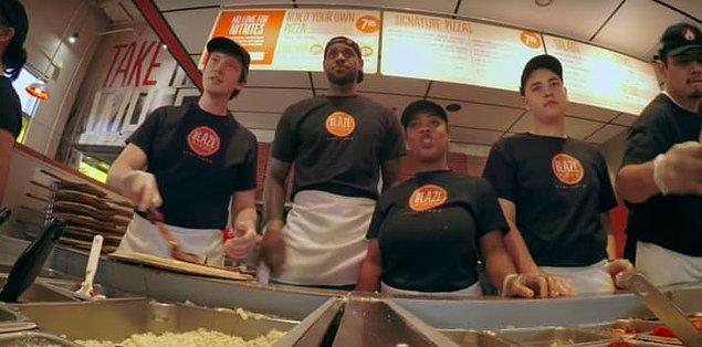 5. Bir keresinde Blaze Pizza çalışanı olarak giyinip müşterilere servis yapmaya kalktığı da oldu.