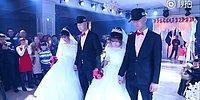 В Китае сыграли свадьбу: братья-близнецы женились на сестрах-близняшках