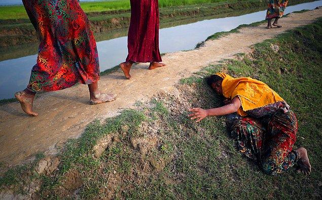 11. Myanmar'daki mülteci krizinden uzaklaşmaya çalışan Rohingya yerlileri Bangladeş'e kaçıyor, 2 Kasım.