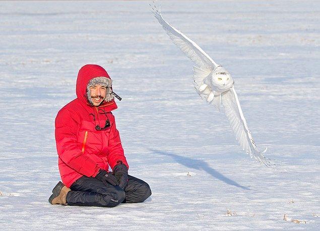 Biz onu kuşlarla özdeşleştirsek de, kuşların peşindeyken başına gelen olaylar da bir o kadar ilgi çekici.