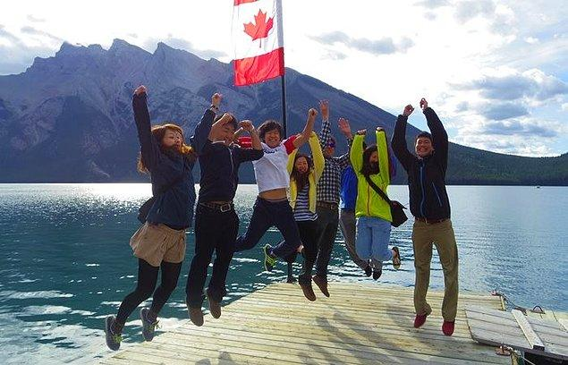 Kanada'da öğrenciler herhangi bir devlet okulunda 1 yıl eğitim aldıktan sonra 1 yıl; 2 ve üzeri eğitim aldıktan sonra ise 3 yıl çalışma iznine sahip oluyorlar.