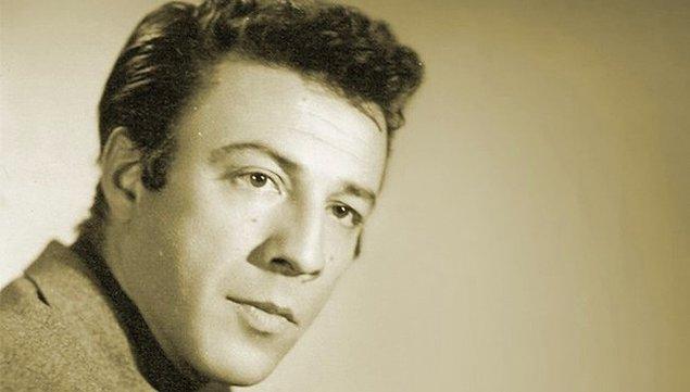 15 Ağustos 1925 tarihinde İstanbul Bakırköy'de doğan Münir Özkul küçük yaşlarda tiyatroya merak sardı.