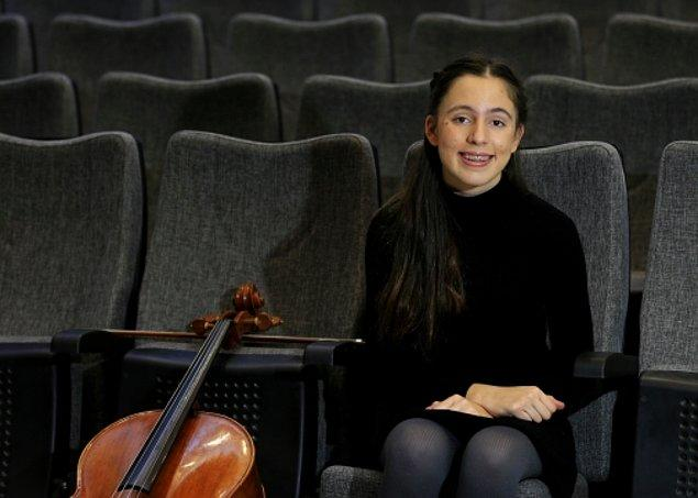 """Arya Nur bu enstrümanda kısa sürede gelişim gösterince, Litvanya'da düzenlenen """"Kaunas Sonorum 2017 Genç Müzisyenler Uluslararası Müzik Yarışması""""na katıldı ve bu başarıyı elde etti."""