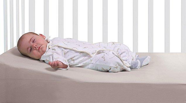 7. Yatağına açı verin ya da açılı bir yastık/yatak edinin.