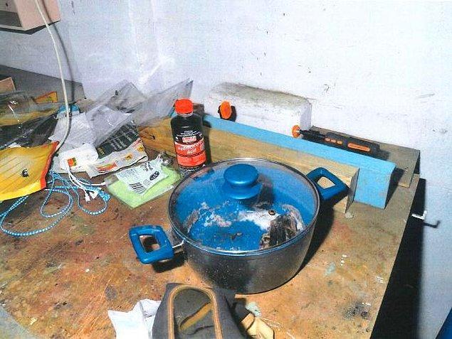 Evi arayan dedektifler Lilley'nin bıçak setini ve elle yazılmış bir işkence yöntemleri listesi buldular.
